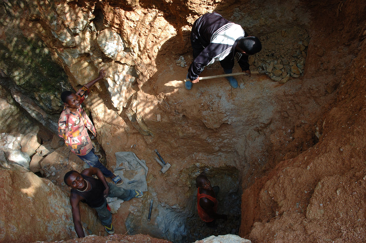 1280px-Wolframite_Mining_in_Kailo2,_DRC.jpg