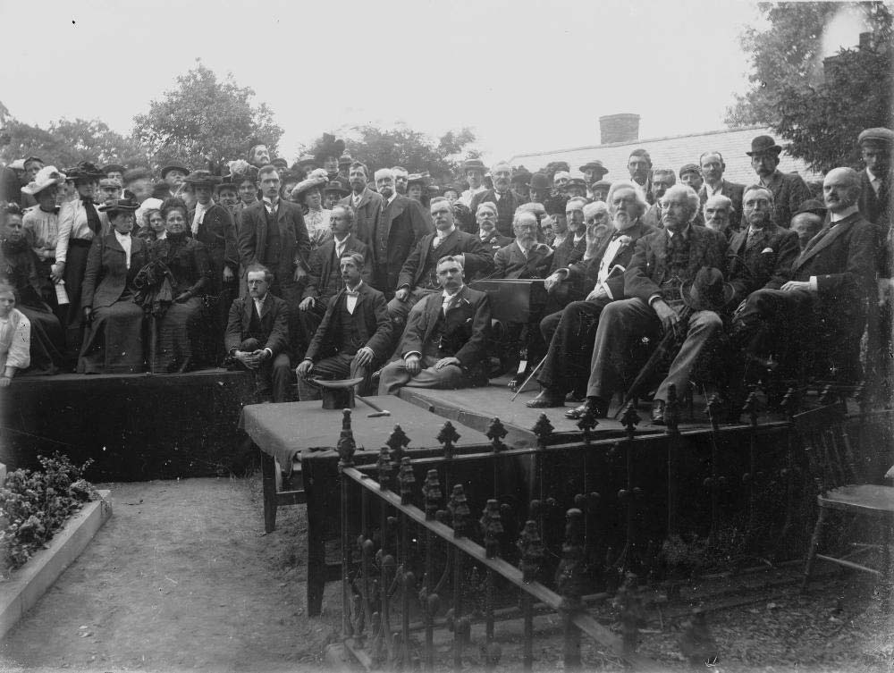 Crowd_of_people_congregated_by_the_grave_of_Robert_Owen_resize.jpg